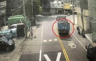 離奇巧合 貨車過彎尾閘門甩開擊中後方騎士
