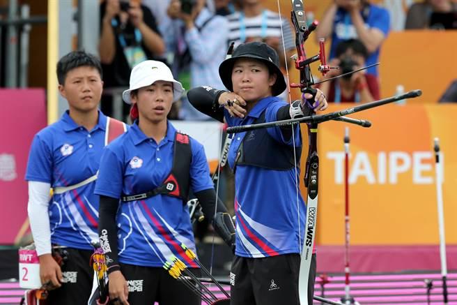 台北世大運射箭項目個人決賽,譚雅婷(中)不敵韓國選手姜彩榮,銀牌收場。(黃世麒攝)