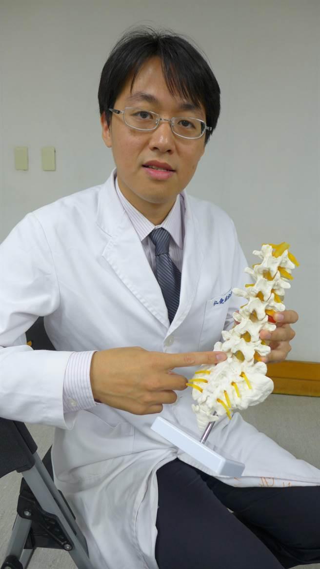大里仁愛醫院微創中心主任施育彤,解說經皮內視鏡椎間盤切除術的優點。(林欣儀攝)