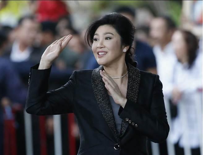 2017年8月1日,泰國前總理盈拉前往最高法院出庭的檔案照。(美聯社)