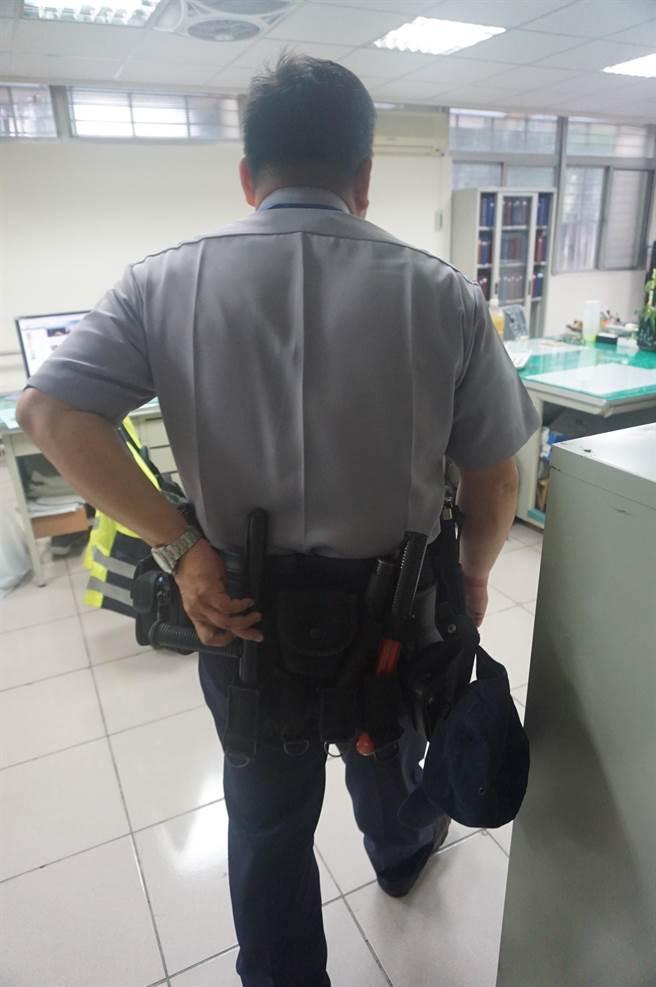 陳天啟自行添購防身配備,光是警棍就有4把,甚至自費2千多元買了「鎢鋼警棍。(王文吉攝)