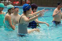 夏日消暑又消脂  身障者體驗水中有氧運動