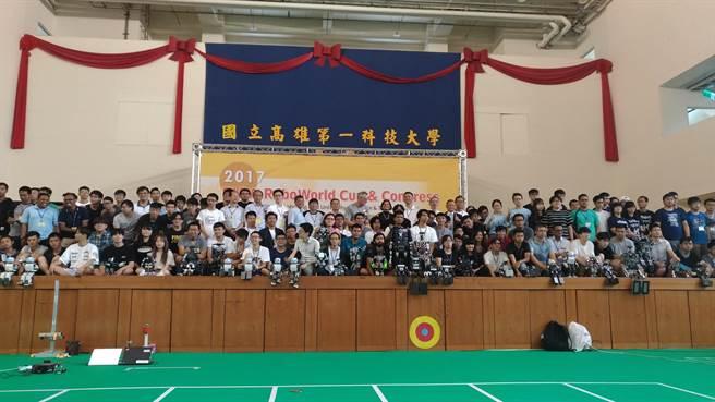 「2017國際機器人聯盟運動賽與研討會」(2017 FIRA RoboWorld Cup & Congress)於8月23日至8月27日在國立高雄第一科技大學(簡稱第一科大)登場,來自全球11個國家、600多名優秀選手齊聚一堂,領軍機器人一較高下。(圖/國立高雄第一科大提供)