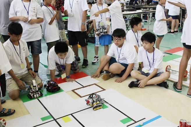 今年特別新增青少年組機器人競賽項目,希望促進機器人領域向下扎根,同時為臺灣機器人產業培育人才。(圖/國立高雄第一科大提供)