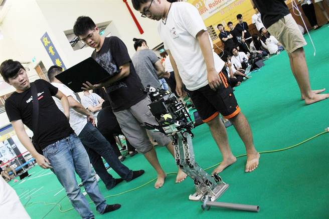 地主隊第一科大今年也派出由電機工程研究所「智慧機器人實驗室」研發的大型機器人Aron參賽。(圖/國立高雄第一科大提供)