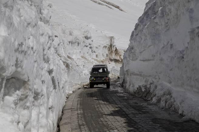 印度媒體傳出,中印軍人在班公湖爆發扔擲石塊衝突後,印度軍方正進行軍演。而從列城(Leh)到班公的224公里路程上,可見到軍隊與軍車移動。圖為印度軍車2016年4月30日行經佐吉拉(Zoji La)隘口的畫面,當地距印度控制的喀什米爾區斯利那加(Srinagar)約110公里。而斯利那加-列城國家公路連結了這次中印兩衝突的拉達克,以及喀什米爾。(圖/美聯社)