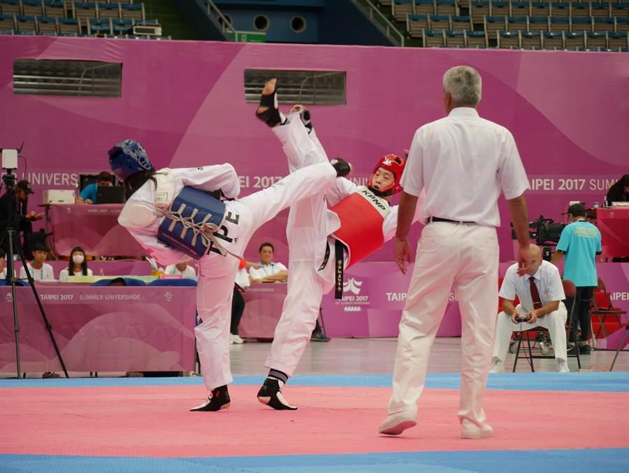 陳彥羽(藍)16強遇韓國金牌常勝軍,不敵韓流無緣晉級。(蔡依珍攝)