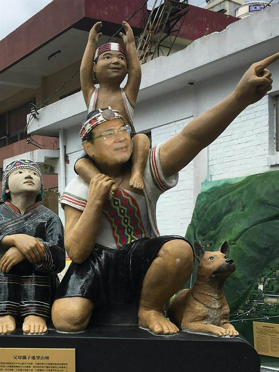 同樣是KUSO照,雕像與阿扁,差了戴眼鏡。(顧士洋提供)