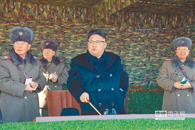 北韓最高領導人金正恩(中)日前指導坦克裝甲步兵戰術演習。(新華社)