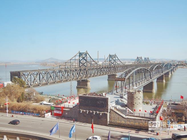 遼寧丹東中朝邊境的著名地標,二戰被美軍炸的「鴨綠江斷橋」(右),及「中朝友誼橋」。(本報資料照片)