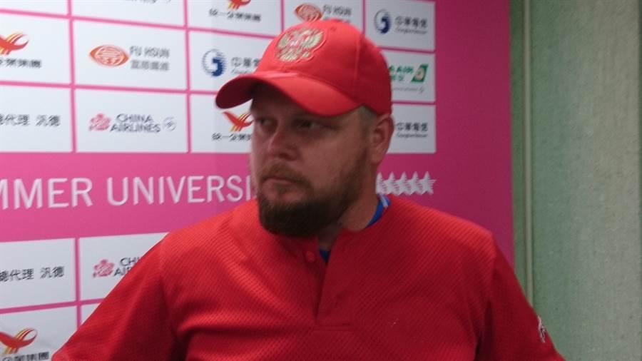 俄羅斯教練海德瑞,1995年曾打過勇士隊小聯盟,當時堪稱是俄羅斯少數棒球人才。(張國鄉欽攝)