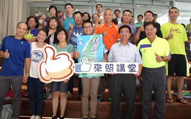 來照講堂27日邀請「舒跑哥」詹益榮(前排右三)分享個人跑步心得。(高雄巿體育處提供)