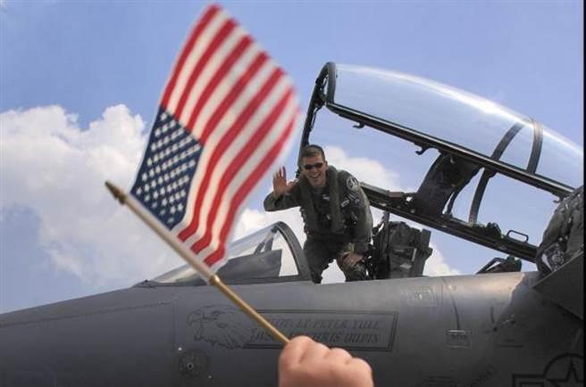 與各國空軍的困境一樣,美國空軍也遇到飛行員不願留役的問題,而且美國的海外任務多,所以問題更為嚴重。(圖/星條旗報)