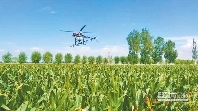 經緯航太ALPAS智慧型精準農業無人機,正於農地上作業。(業者提供)