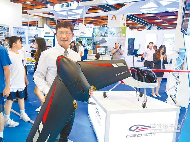 經緯航太董事長羅正方,與公司翼龍、Sky Arrow系列無人機合影。(記者陳政錄攝)
