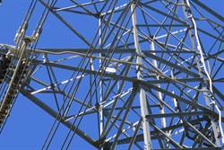 電塔綁木條支撐 台電:極少數權宜案例 年底前汰換