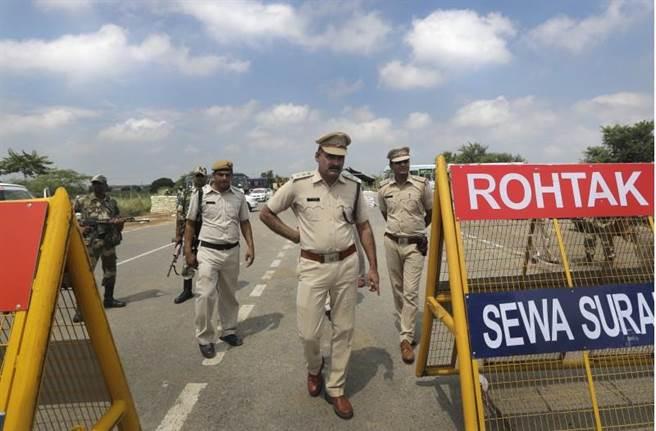 印度法院28日宣布,「真神宮」教主辛格性侵罪判刑10年。為避免信徒再度鬧事,印度警方在拘禁辛格的監獄外佈下臨時路障,嚴密戒備。(美聯社)