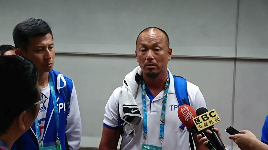 世大運羽球女隊教練李春秋(右)說明詹詠然退賽的原因。(廖德修攝)