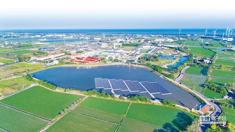 桃園市政府推動埤塘光電綠能計畫,引發學者及環保團體擔憂大量太陽能電板,將造成埤塘優養化,嚴重衝擊埤塘生態景觀。(甘嘉雯翻攝)