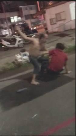 通報消防員抓毒蛇 鄰居幫忙 屋主亂罵被痛扁