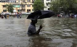 12年來最慘!暴雨襲擊印度 孟買交通全打結
