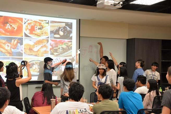 台日兩國學生進行文化創意遊戲交流,同學的文創遊戲設計非常有趣,為台日跨界設計交流活動掀起高潮。(圖/聖約翰科技大學提供)