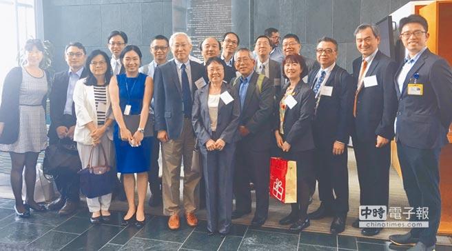 行政院政委吳政忠(前排左三)率領台灣生技商拓團拜訪聖地牙哥JLABS以及仁新醫藥子公司,由研發處處長王正琪(前排左二)協助接待。圖/業者提供