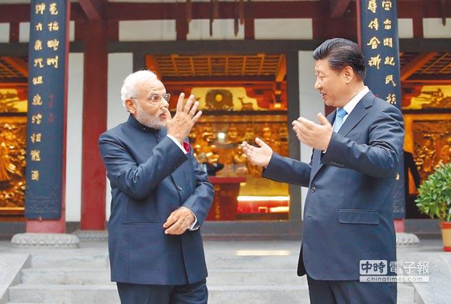 大陸國家主席習近平(右)將在金磚國家峰會與印度總理莫迪(左)會面。圖為此前習近平陪同莫迪參觀西安大慈恩寺。(中新社)