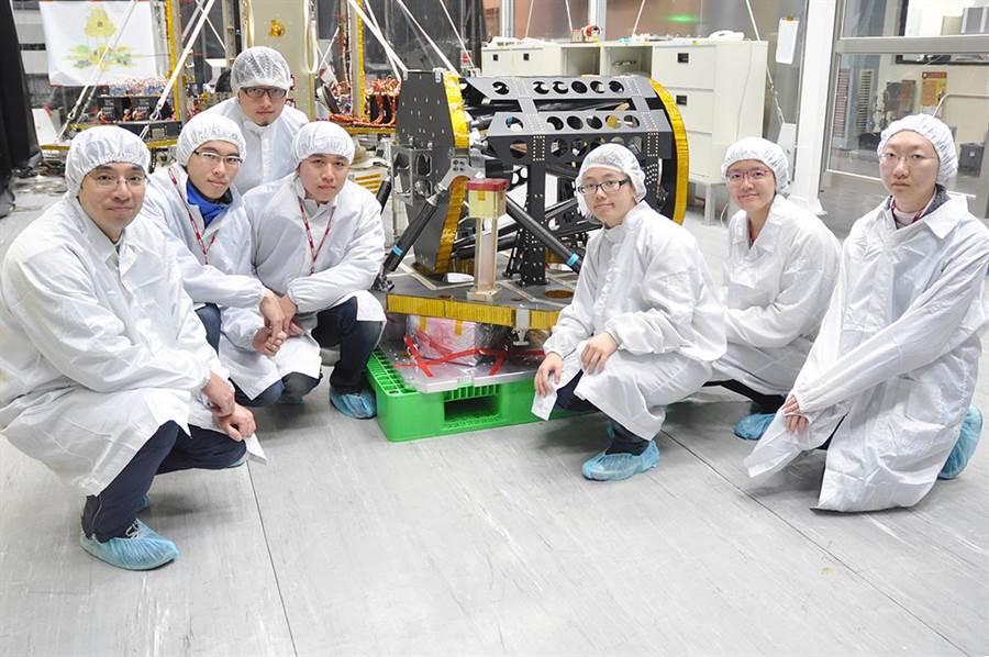 由中央大學太空科學所趙吉光所長(左一)帶領的科學團隊,不但自製研發「先進電離層探測儀」上太空,同時完成了65篇技術報告,展現驚人的研發實力。(中央大學提供)