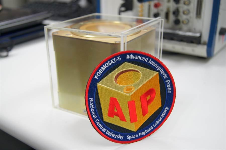 由中央大學太空科學所自製研發的「先進電離層探測儀」,簡稱AIP,因外型迷你輕巧,形似「魔術方塊」,因此被暱稱為「太空魔方」。(中央大學提供)