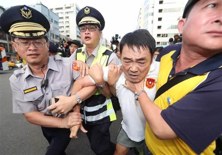 繆德生遭警方帶離會場,予以保護管束。(陳怡誠攝)
