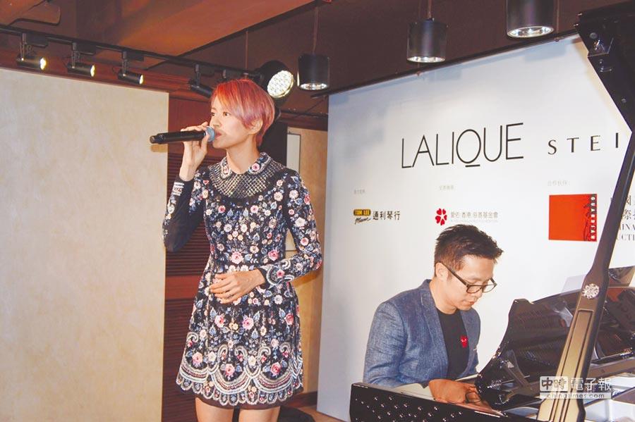 梁詠琪昨現身香港頂級水晶鋼琴發表會為公益站台,也在音樂人趙增熹的伴奏下高歌一曲。(LALIQUE提供)