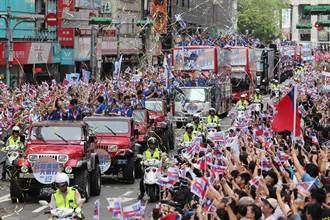 台灣英雄大遊行 民眾塞爆忠孝東路揮旗吶喊:我愛你們!