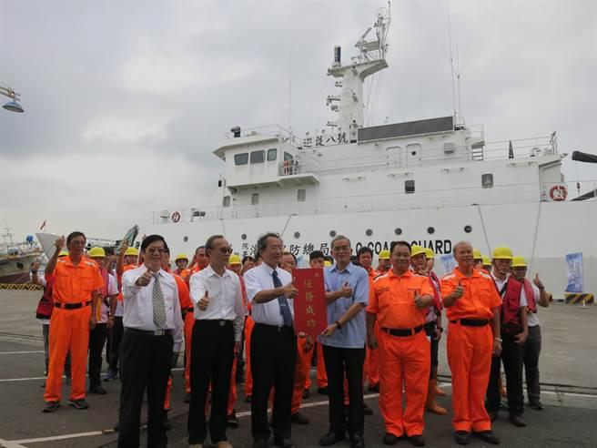 漁業署與海巡署合作,由海巡人員在公海上檢查台灣籍漁船是否遵守國際規定。(漁業署提供)