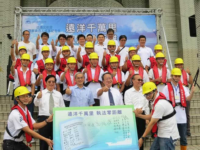 漁業署聘用超過100名觀察員,上船執行任務,觀察員們簽名合照。(漁業署提供)