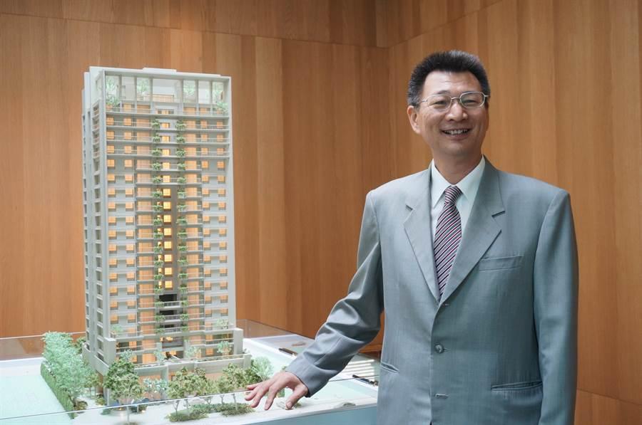 華太建設總經理彭國郎強調大樓的垂直綠化,讓綠意永續,美化生活環境。(盧金足攝)