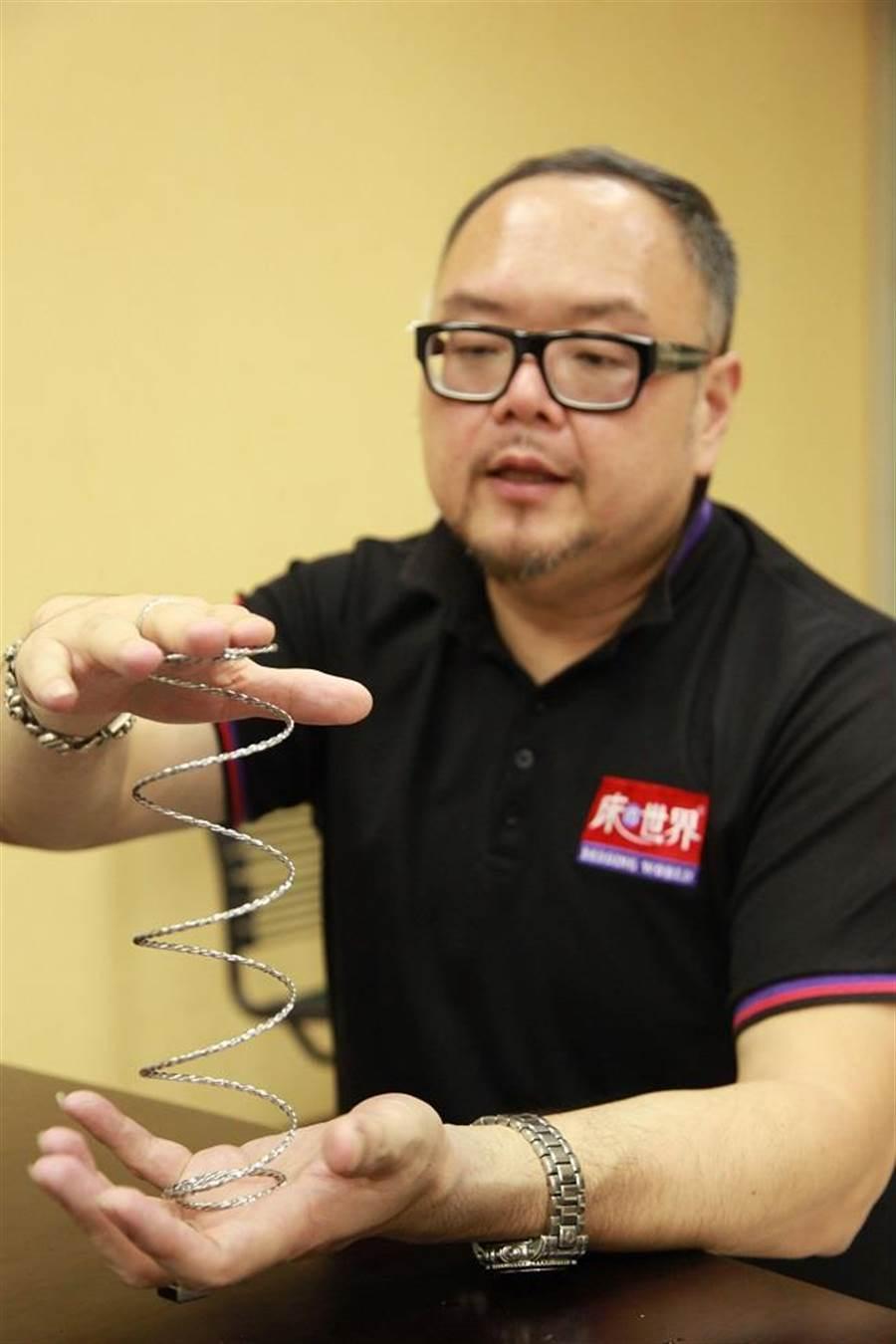 「床的世界」開發出第六代子彈型電纜式獨立筒彈簧。由三條鋼線交織成電纜式彈簧,特殊強化結構比單條鋼線彈簧強韌162倍耐用度。(圖/廖一德攝)