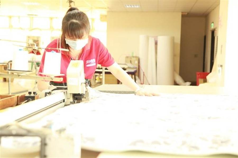 創立45年的「床的世界」擁有土地2000坪、樓地板面積5000坪、全台灣最大、也是台灣最先進的製床工廠,從彈簧製程到最後出貨,採取一貫式垂直生產、一地完成全製程。(圖/廖一德攝)
