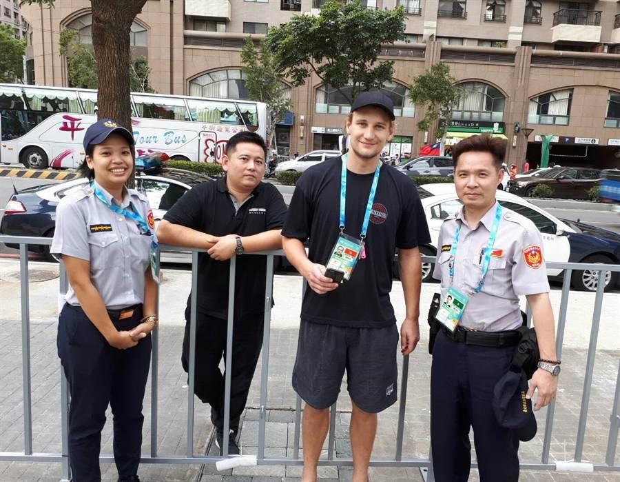 運將將拾獲的手機送到選手村,在員警的協助下順利歸還給澳洲選手。(林郁平翻攝)