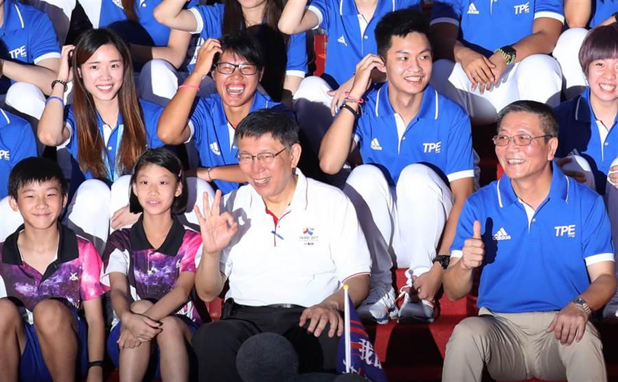 「台灣英雄大遊行」31日下午抵達台北市府前廣場時,熱情民眾夾道歡迎。市長柯文哲(前左3)致詞表示,對於奪牌選手倍感光榮,但沒奪牌的選手一樣是台灣驕傲,「台灣英雄,謝謝你們」。中央社記者張新偉攝 106年8月31日