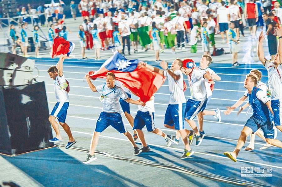 台北世大運30日舉行閉幕典禮,外籍運動員手持中華民國國旗進場,與觀眾同樂。(鄭任南攝)
