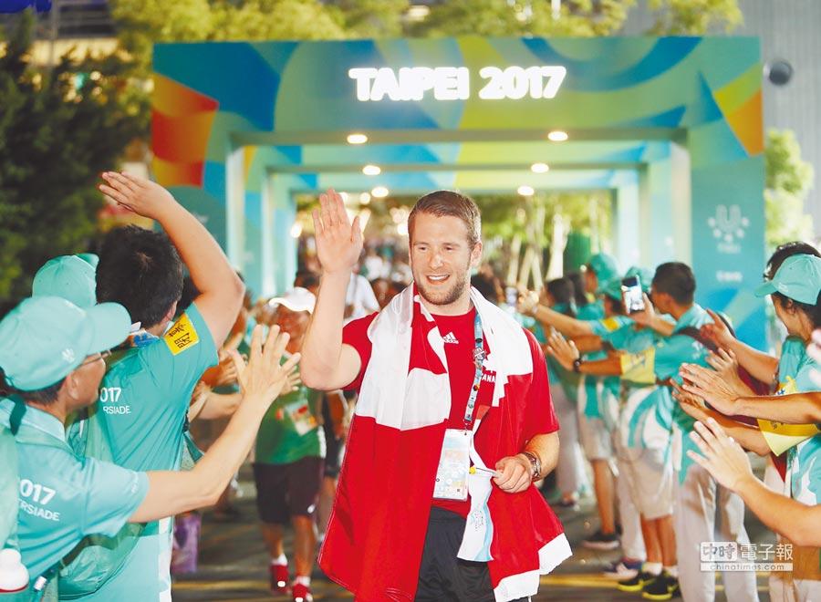 為期12天的2017台北世大運30日舉行閉幕典禮,來自加拿大的選手離開主場館時與志工擊掌互道珍重再見。(陳怡誠攝)