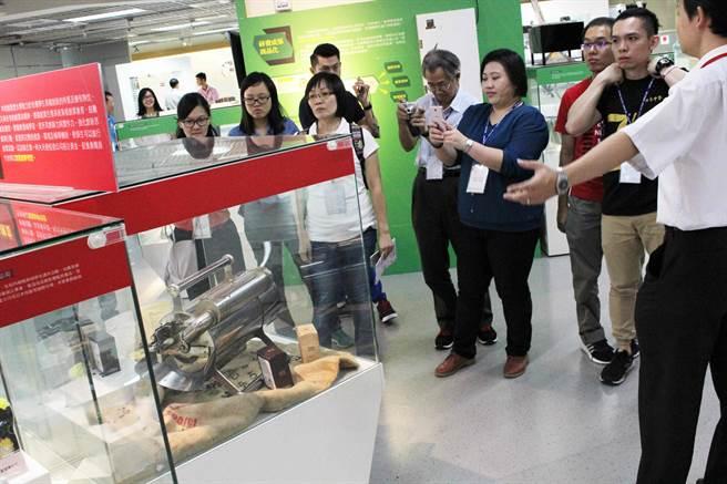 馬來西亞華文獨立中學22名教師參訪第一科大創夢工場,對師生研發作品為之一亮。(圖/第一科大提供)