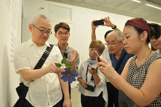 須田悅弘(左)擅長木雕花草,作品真假難辨,即日起在毓繡美術館展出。(廖肇祥攝)