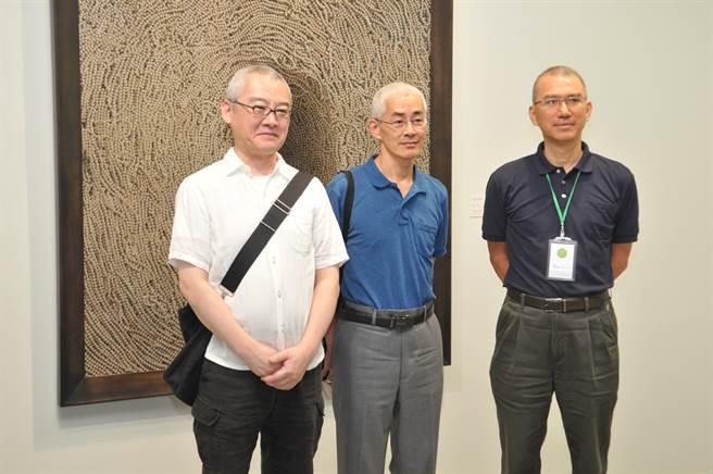 須田悅弘(左)、顧何忠(中)的木雕花草及油畫作品,即日起在草屯鎮毓繡美術館展出。(廖肇祥攝)
