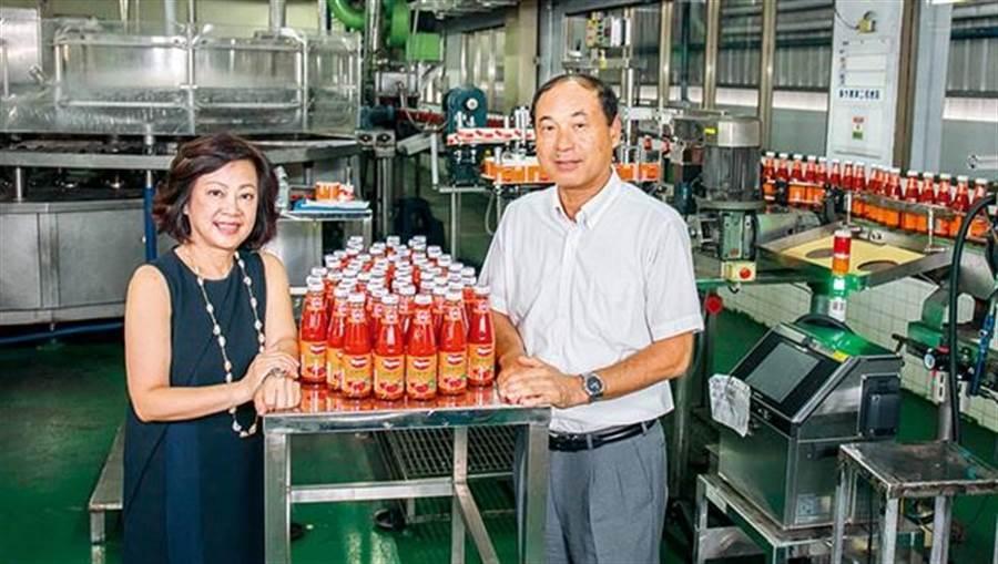 台南工廠生產線上,這款橘底紅標的可果美經典番茄醬,就是可果美存活至今的秘密武器。(攝影者.賴建宏)