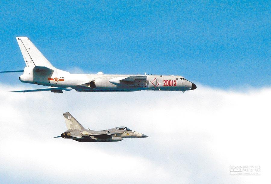 國防部指出,今年7月共軍轟6型戰機首度在台海從事戰鬥巡航,凸顯中共對我武嚇已成常態。(國防部提供)