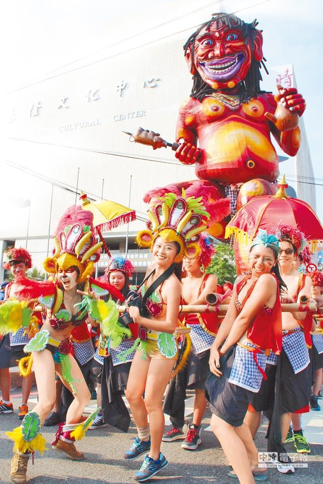 雞籠中元祭以往封街的嘉年華遊行活動,總是吸引不少國內外遊客佇足欣賞。(曾百村攝)