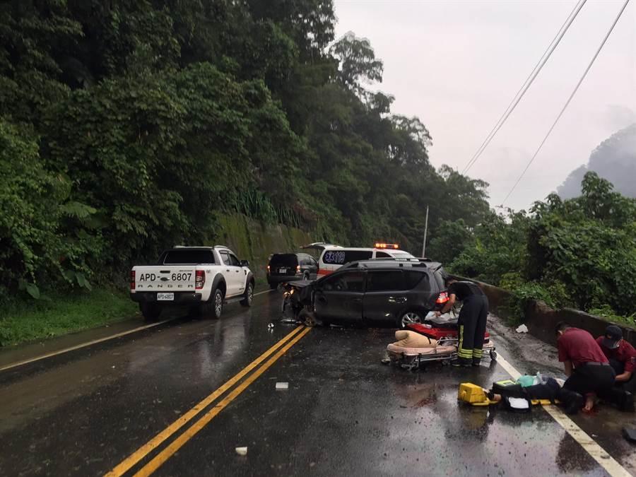 張姓女子駕駛的轎車行經苗62線清安段時,不明原因自撞山壁,造成1死1傷悲劇。(江詩筑翻攝)