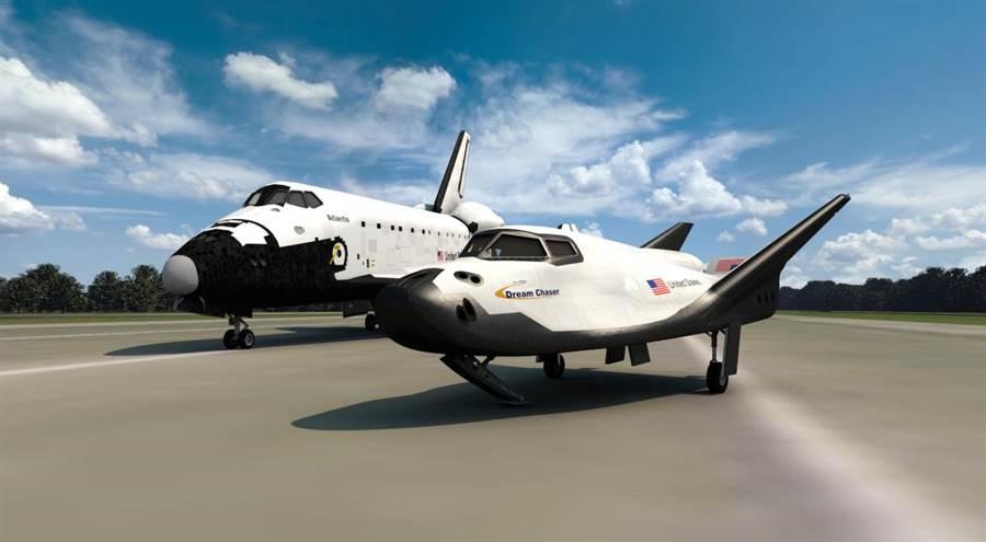 太空梭(後)與逐夢者號(前)的外型比較。(圖/內華達山脈公司)